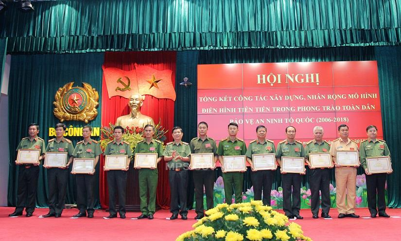 Deputy Minister Nguyen Van Son presents Certificates of Merit of the MPS to various individuals and teams with outstanding achievements.