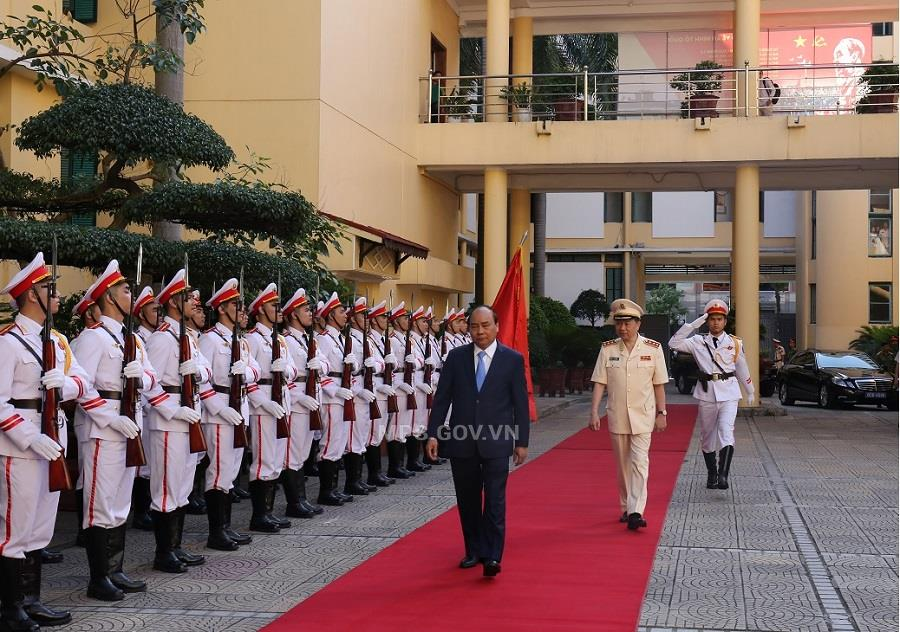 PM Nguyen Xuan Phuc and Minister Lam review the guard of honor