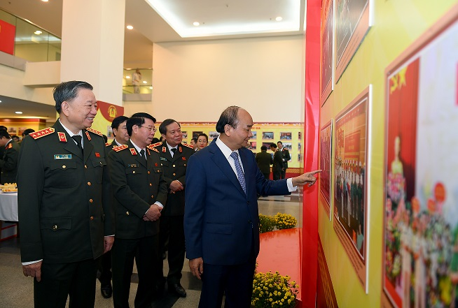 Prime Minister Nguyen Xuan Phu, Minister To Lam and other delegates visit the exhibition area at the conference.