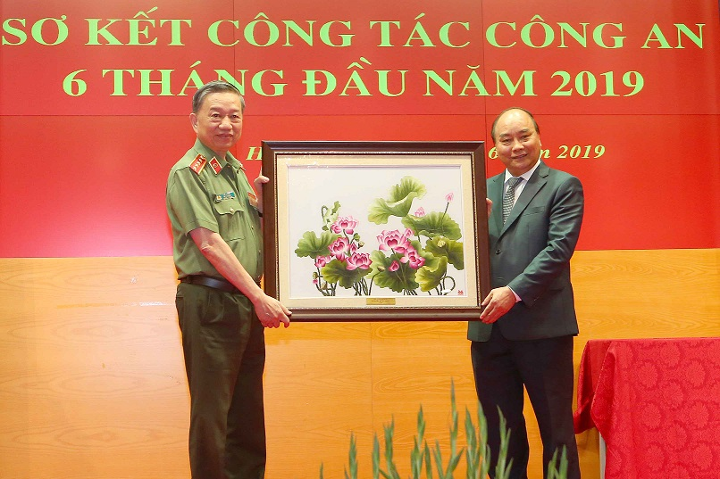 PM Nguyen Xuan Phuc presents gifts to the MPS.
