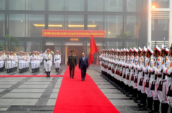 Prime Minister Nguyen Xuan Phuc inspects the Guard of Honor of the People's Public Security Forces.