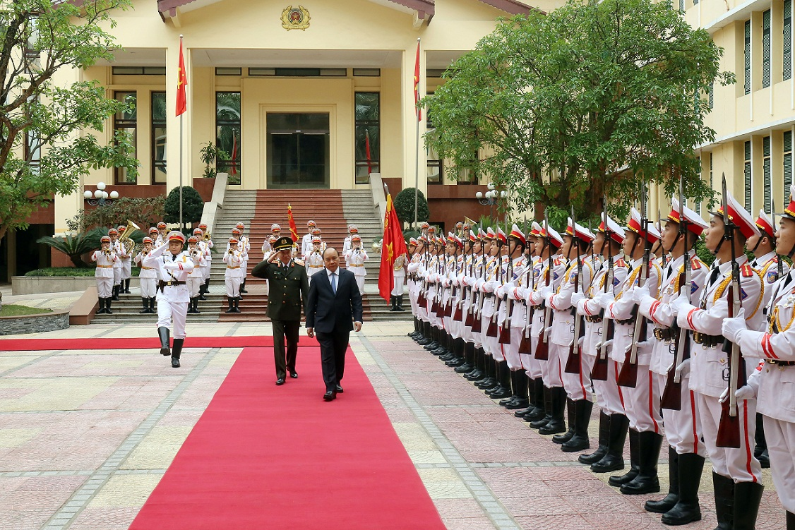 PM Nguyen Xuan Phuc inspects the guard of honor of the People's Public Security Forces