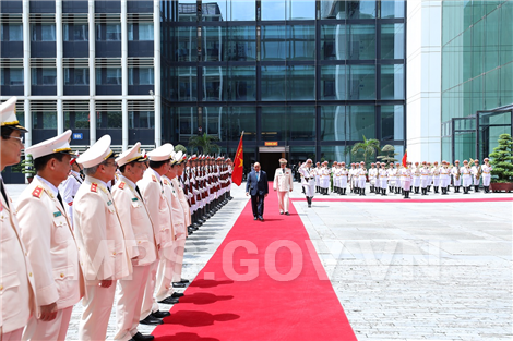 PM Nguyen Xuan Phuc reviews public security guard of honor squad.