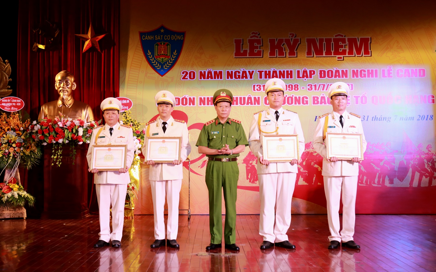 Deputy Minister Le Quy Vuong presents Certificates of Merit of the MPS to individuals and teams with outstanding achievements.