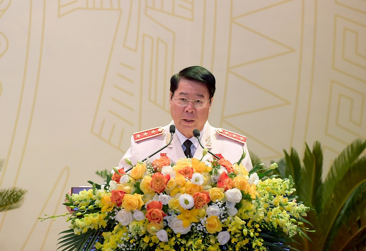 Senior Lieutenant General Bui Van Nam, Deputy Minister of Public Security, briefs the delegates on the results of the preparatory working session of the Congress.