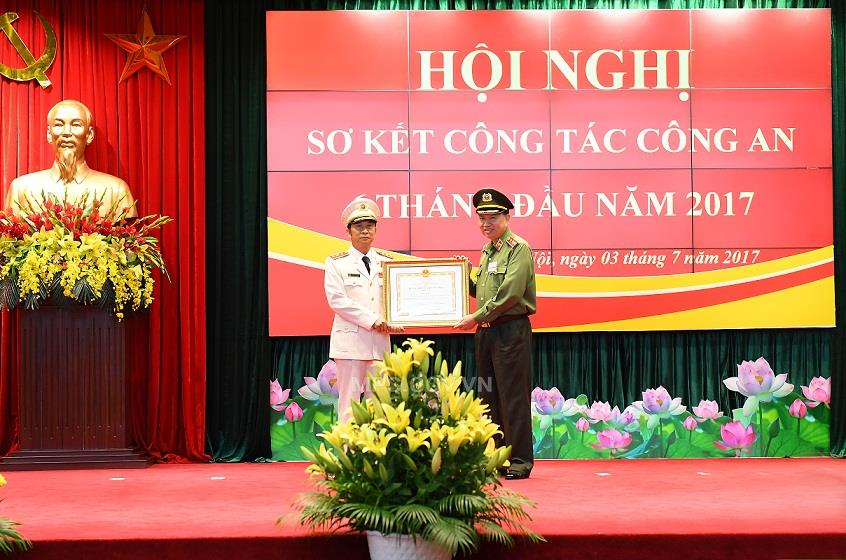 "Senior Lieutenant General Dang Van Hieu receives the ""Military Exploit"" Order of first class"