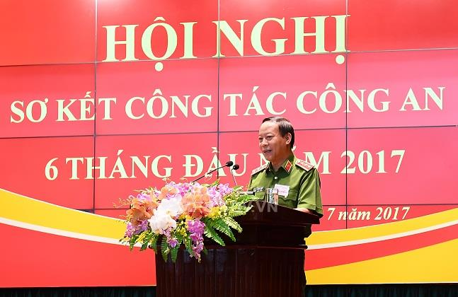 Deputy Minister Le Quy Vuong presides over a discussion session of the conference