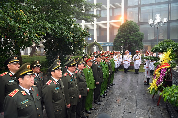 Delegates from the Public Security Central Party Committee and the Ministry of Public Security offer incense and flowers at the Memorial House of President Ho Chi Minh.