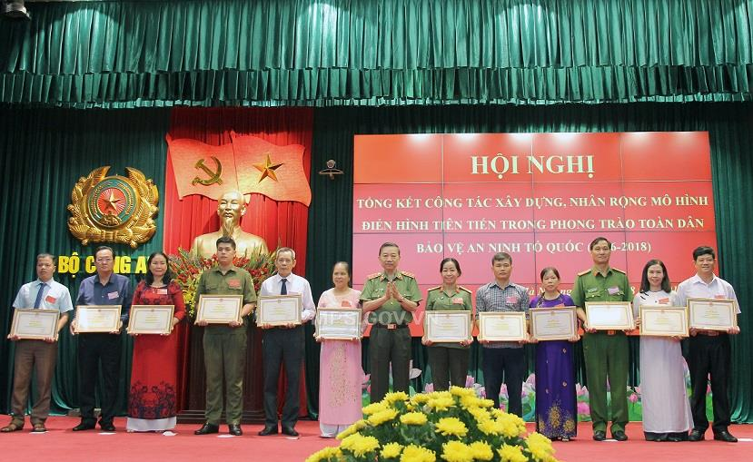 Minister Lam presents Certificates of Merit of the MPS to individuals and teams with outstanding achievements.
