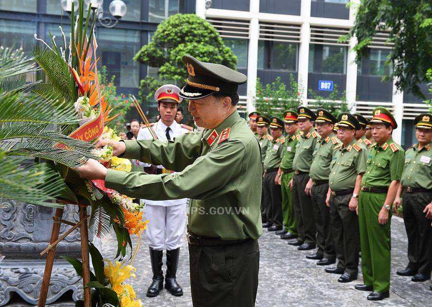 Minister To Lam offers flowery wreath at the Memorial House