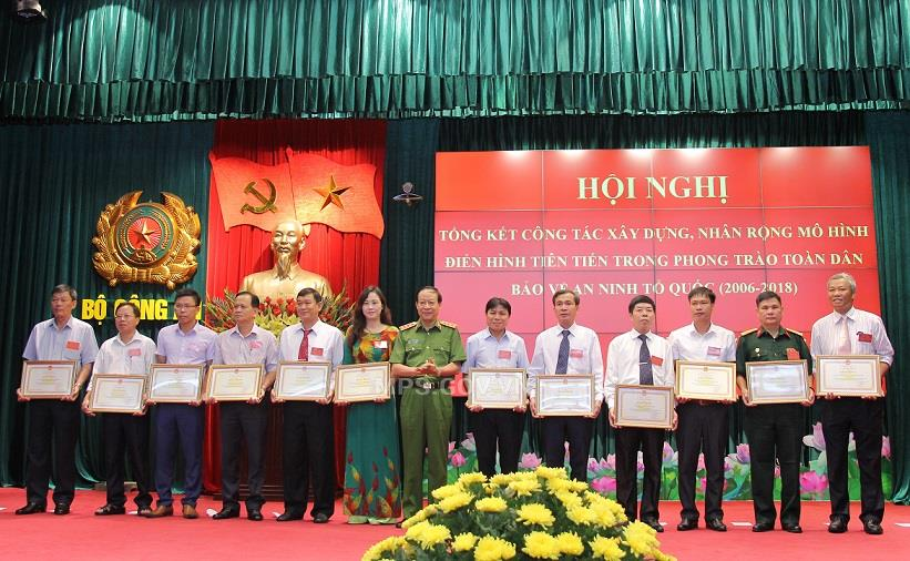 Deputy Minister Le Quy Vuong presents Certificates of Merit of the MPS to various individuals and teams with outstanding achievements.