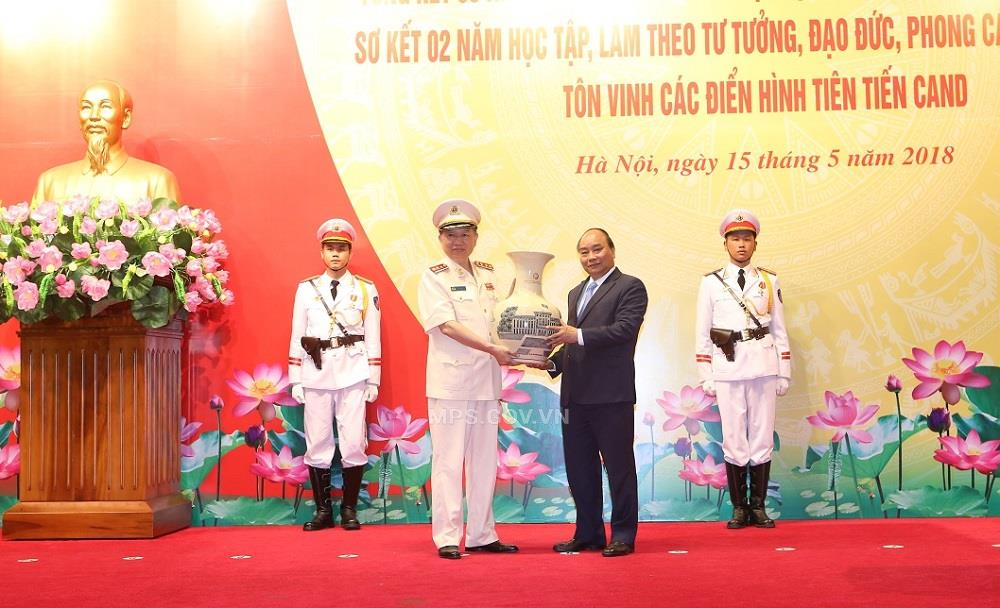 PM Nguyen Xuan Phuc presents souvenirs to the MPS