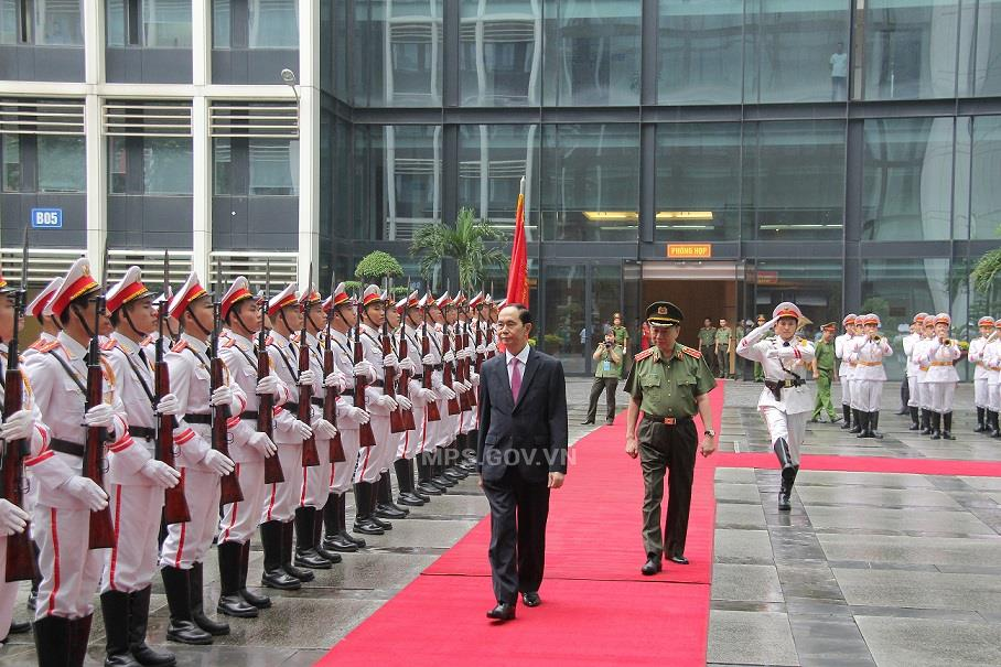 State President Tran Dai Quang reviews the Public Security Guard of Honor.