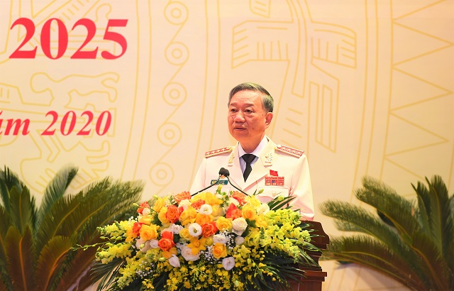 General To Lam speaks at the political event.