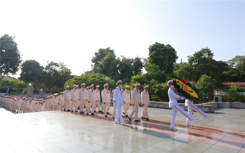 The delegation of the 7th Public Security Party Congress for the 2020 – 2025 term pays tributes to the war martyrs.