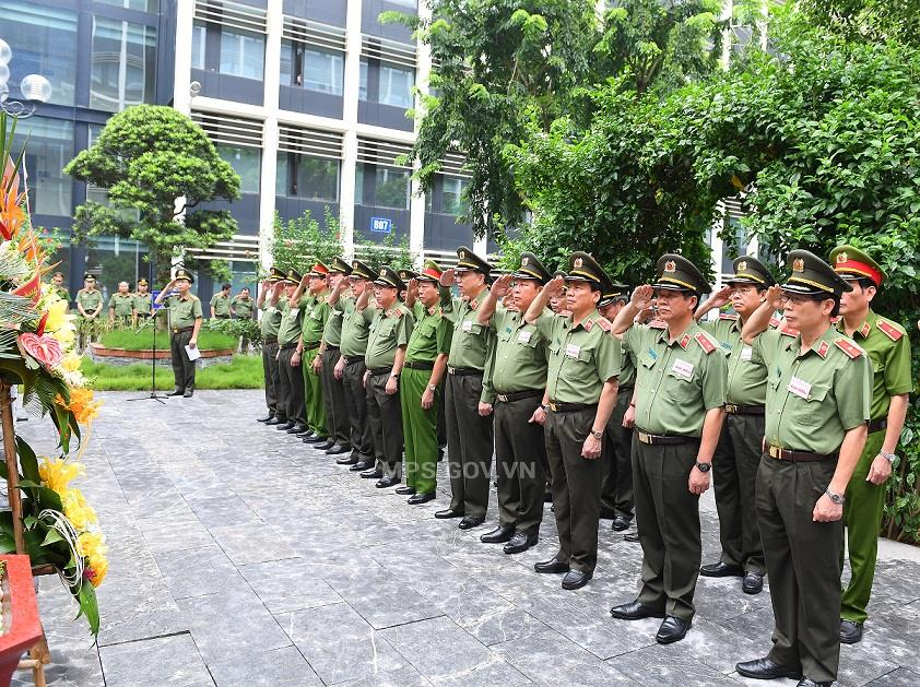 Public Security leaders and delegates pay tribute to President Ho Chi Minh