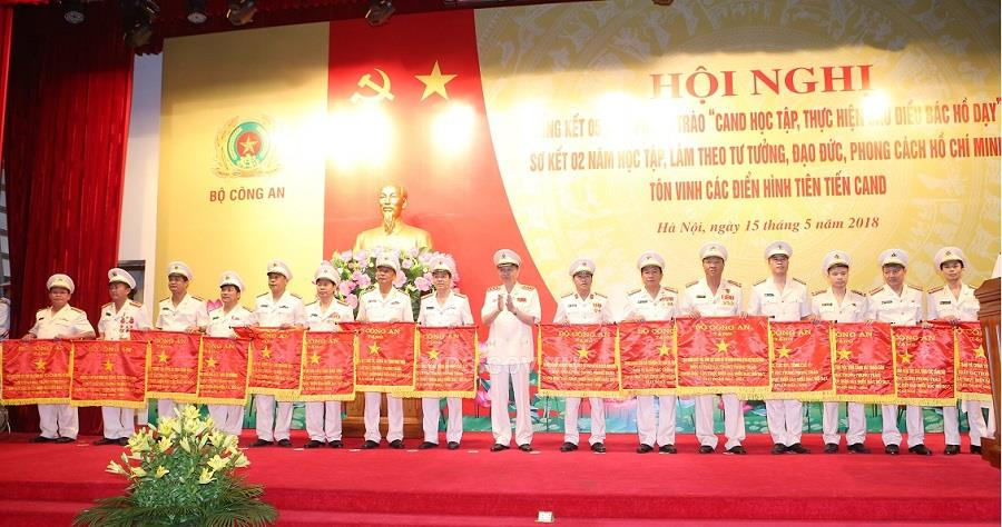 "Minister To Lam presents ""Emulation"" Flags of the Ministry of Public Security to 15 teams with outstanding achievements in the movement ""People's Public Security Forces learning and following Uncle Ho's 6 teachings."