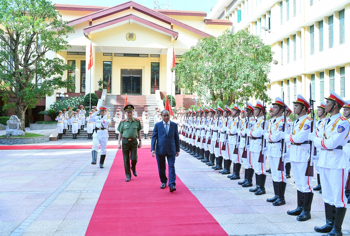 PM Nguyen Xuan Phuc reviews the Guard of Honor of the Vietnam People's Public Security Forces.