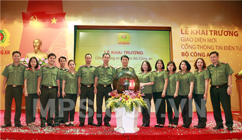 Major General Luong Tam Quang and staff of the MPS Portal in a joint photo.