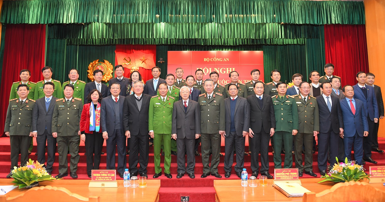General Secretary and State President Nguyen Phu Trong, Minister To Lam and other delegates in a group photo.
