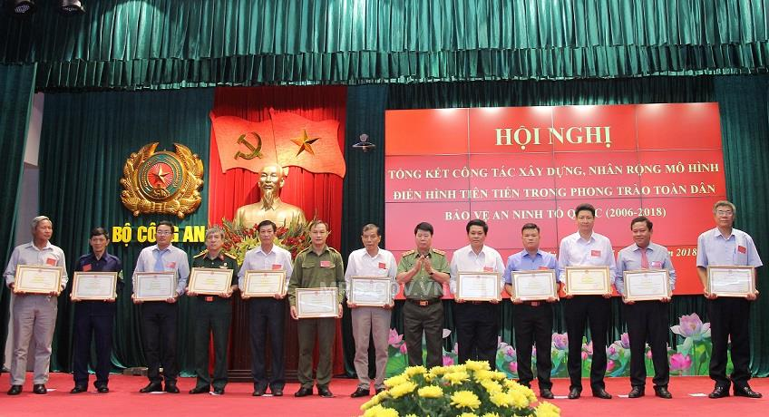 Deputy Minister Bui Van Nam presents Certificates of Merit of the MPS to individuals and teams with outstanding achievements.