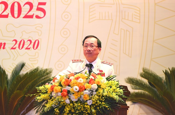 Senior Lieutenant General Nguyen Van Thanh, Member of the Party Central Committee and Deputy Minister of Public Security, gives instructions to the delegates to the Congress at the preparatory session.