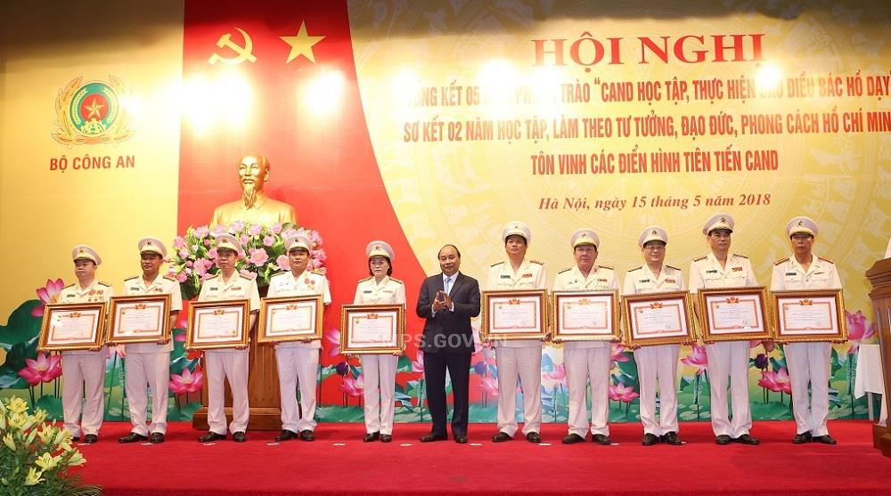 "PM Nguyen Xuan Phuc awards the titles of ""National Emulation Soldier"" to outstanding police officers and soldiers"
