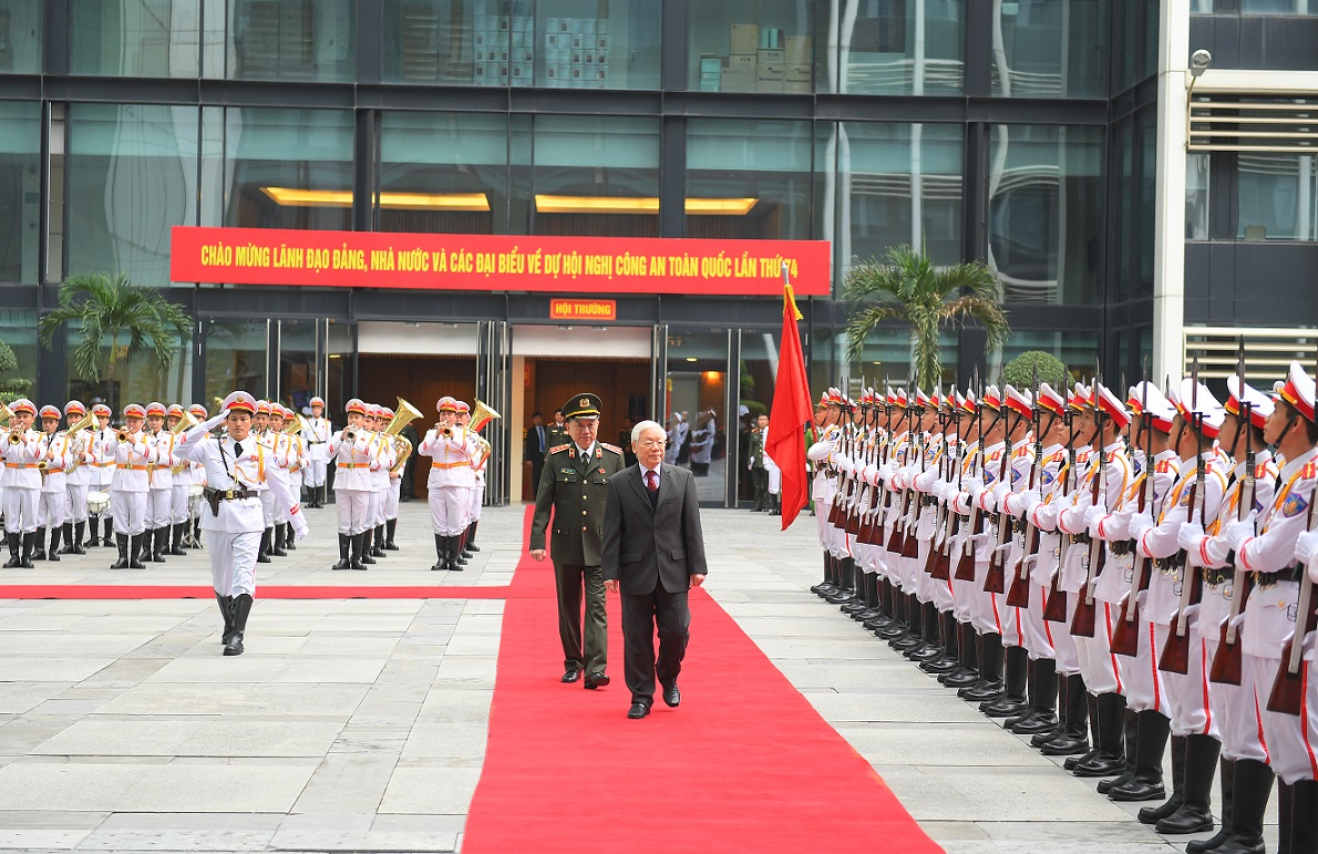 General Secretary and State President Nguyen PhuTrong inspects the guard of honor of the People's Public Security Forces.