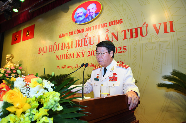 Senior Lieutenant General Bui Van Nam, Member of the Party Central Committee and Deputy Minister of Public Security, briefs the delegates on the agenda and regulations of the Congress at the preparatory session.
