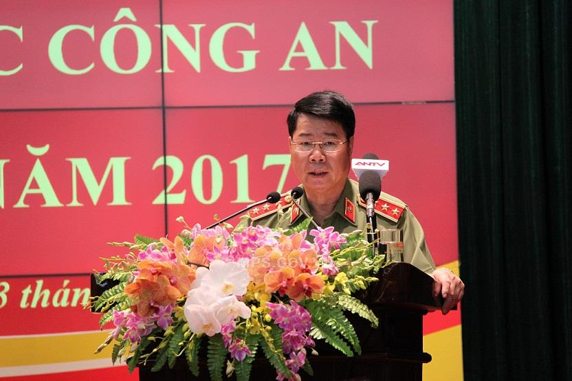 Deputy Minister Bui Van Nam briefs participants on the results of the task performance of the Public Security Forces in the first half of 2017