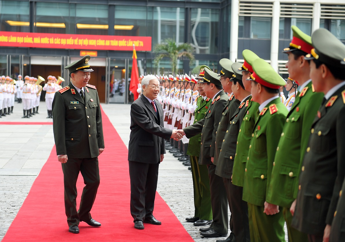 General Secretary and State President Nguyen Phu Trong congratulates the leaders of the Ministry of Public Security.