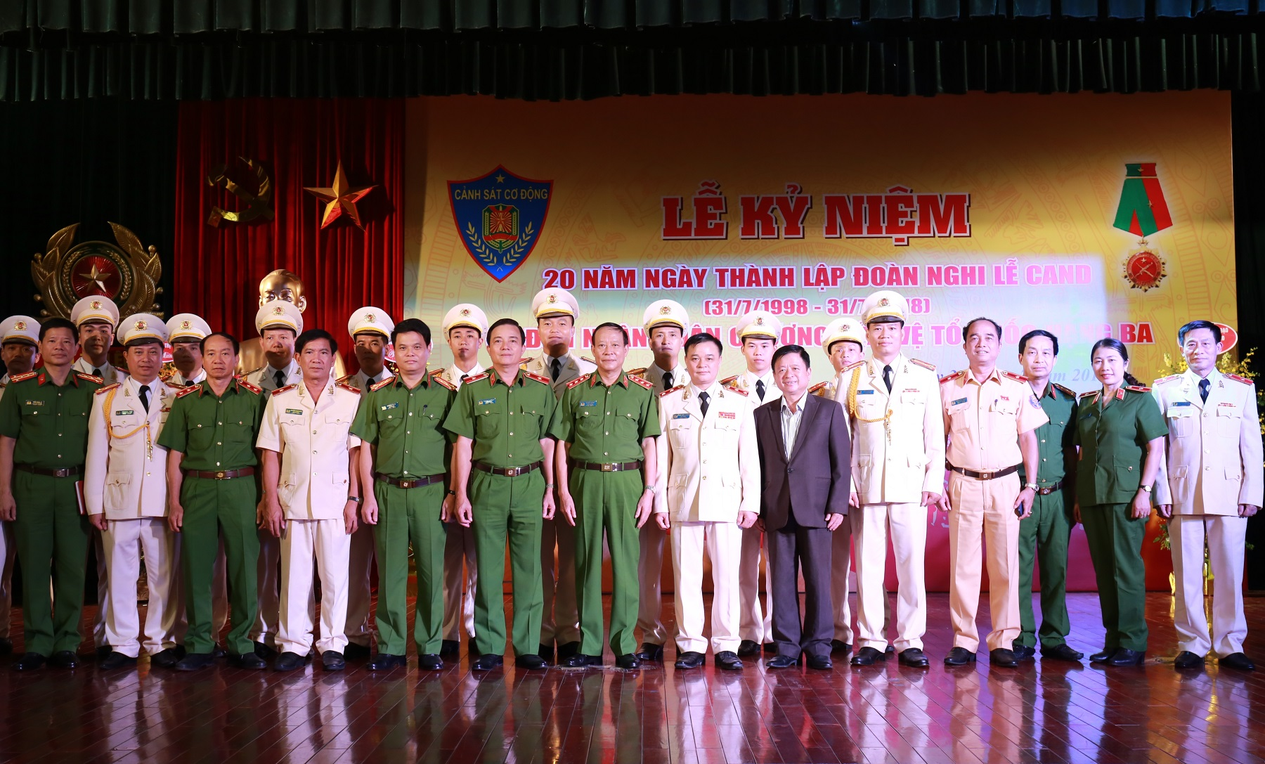 Deputy Minister Le Quy Vuong and delegates at the ceremony.