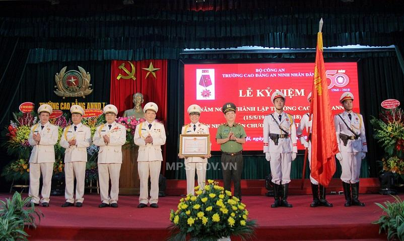 As authorized by the State President, Deputy Minister Nguyen Van Son presents the Fatherland Protection Order of first class to People's Security College 1.