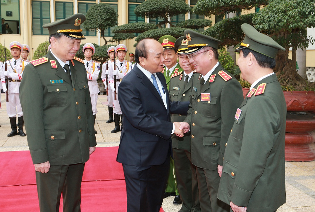 PM Nguyen Xuan Phuc congratulates the leaders of the Ministry of Public Security