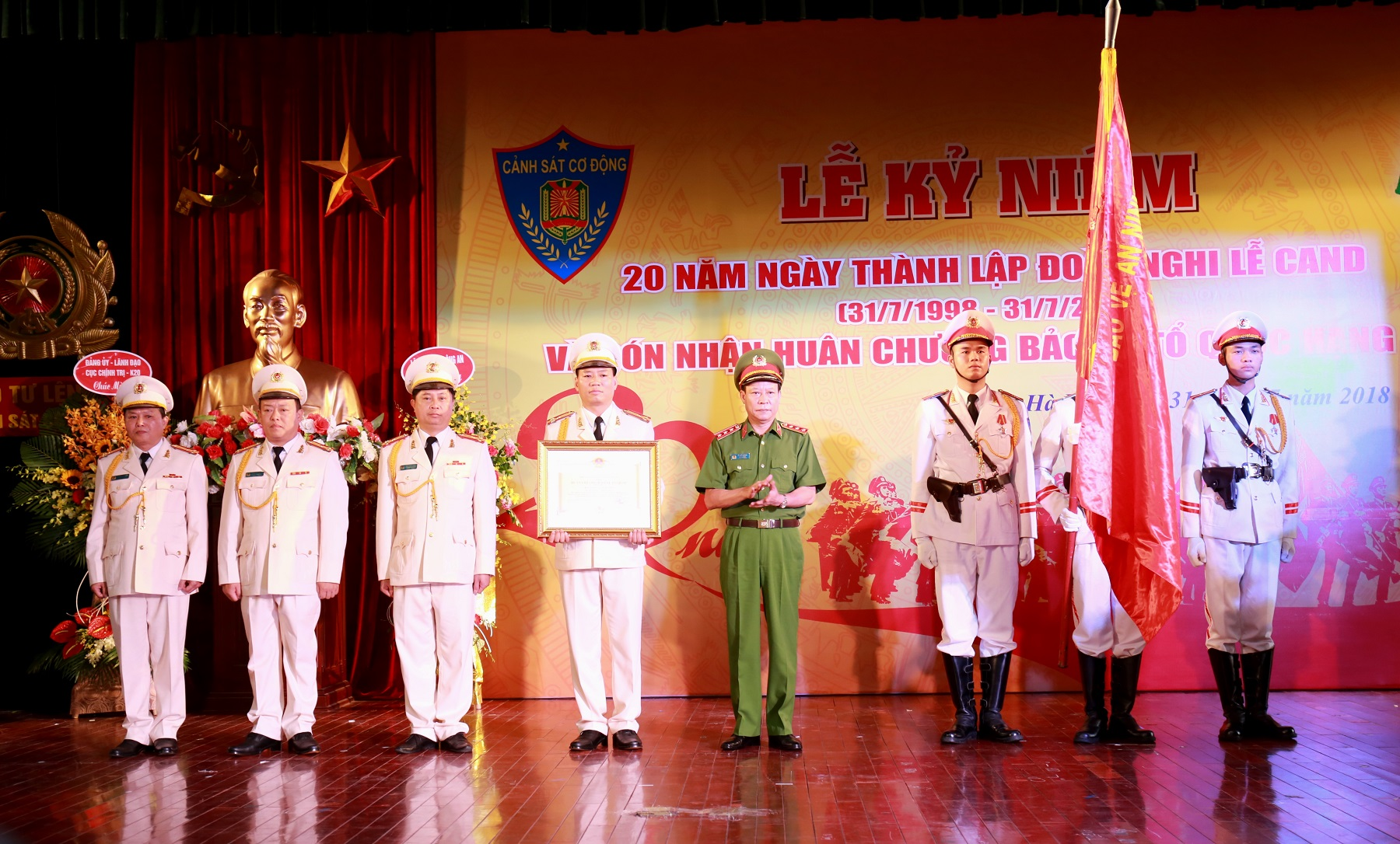 "As authorized by the State President, Deputy Minister Le Quy Vuong presents the ""Fatherland Protection"" Order of third class to the Public Security Guard of Honor Unit."