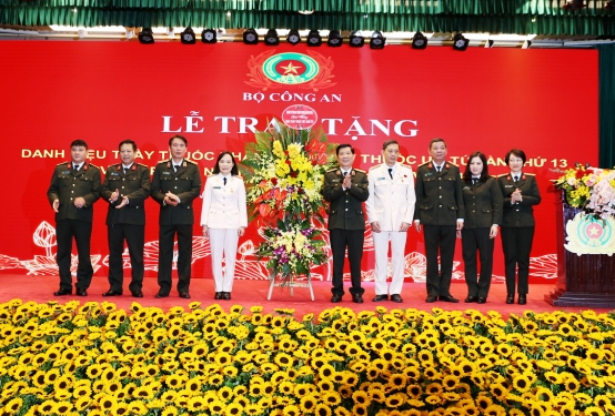 Deputy Minister Nguyen Van Son presents flowers of congratulations to representatives of the public security health sector on the occasion of Vietnamese Doctors' Day.