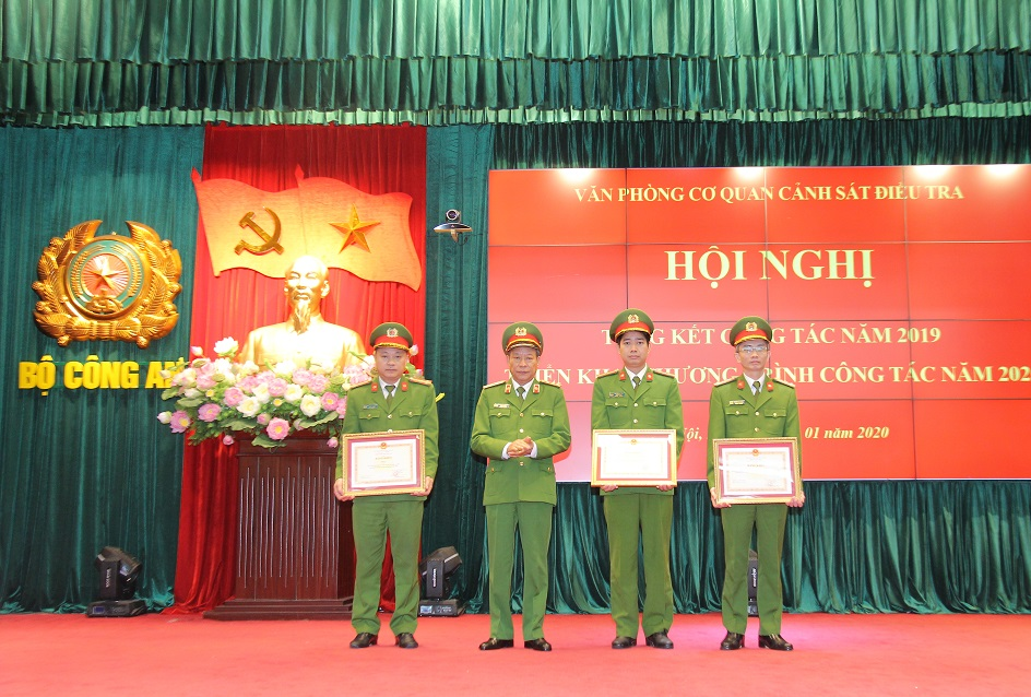 Deputy Minister Le Quy Vuong awards the Certificates of Merits from the Ministry of Public Security to the outstanding teams of the OPIA.