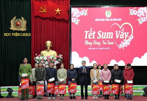 Mr. Tran Van Thuat gives gifts to the poor workers.