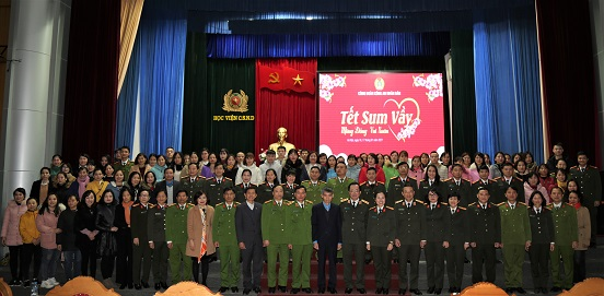 Deputy Minister Nguyen Van Thanh, other delegates, and the Trade Union members at the event.