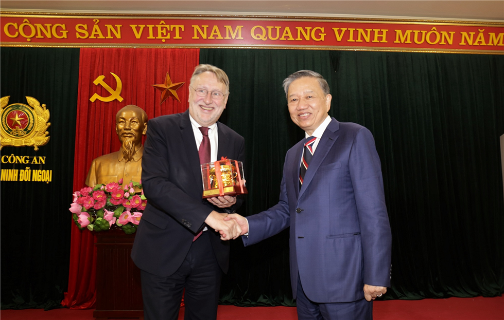 Minister To Lam presents a souvenir to Mr.Bernd Lange.