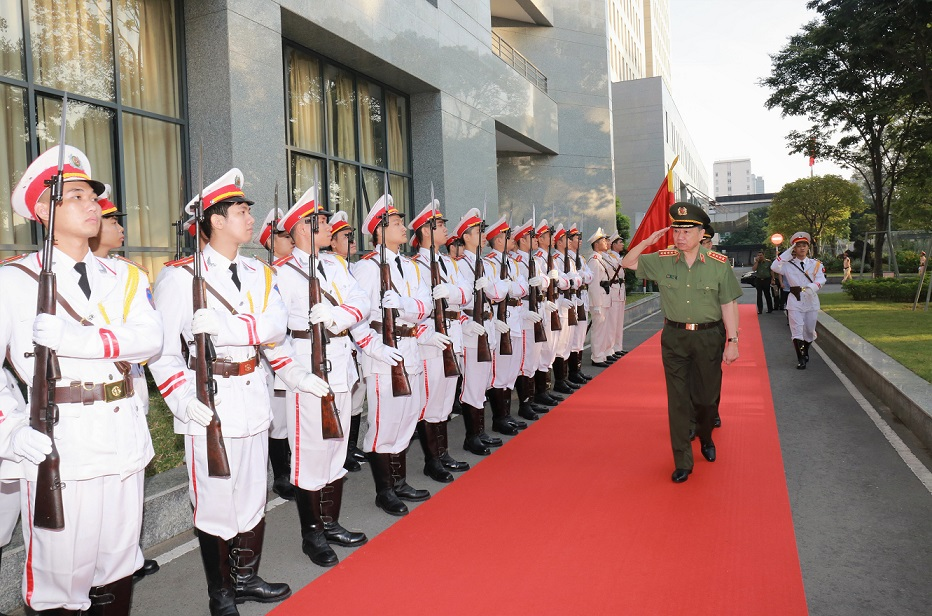 Minister To Lam inspects the Guard of Honor of the Ho Chi Minh City police.