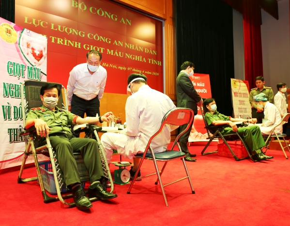 Major General Nguyen Manh Trung, Director of the Department of Professional Techniques participates in blood donation.