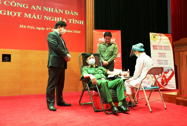 Deputy Minister Nguyen Duy Ngoc donates his blood at the event.