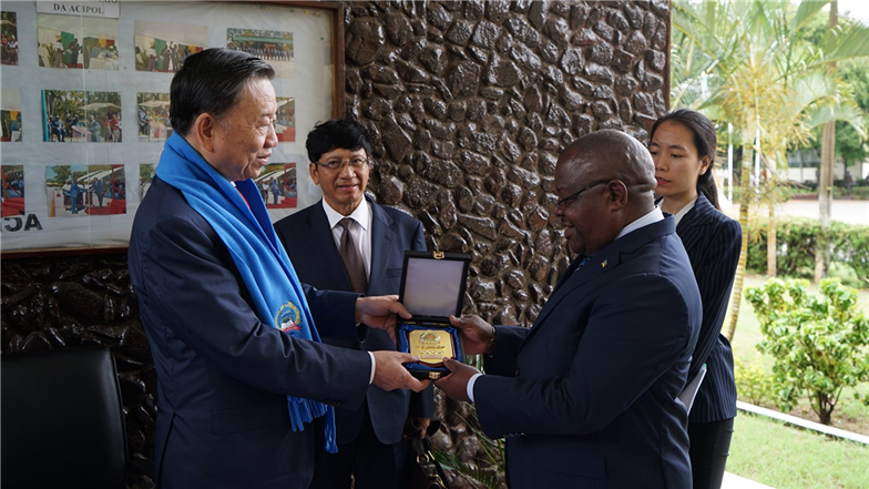 Minister To Lam present a souvenir to the Director of ACIPOL.