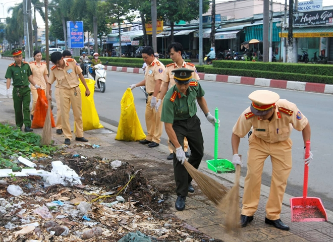Police officers join hands to clean up the roads.