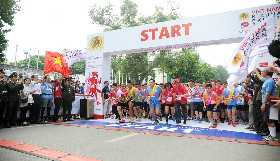 Deputy Minister Nguyen Van Thanh and other delegates start the race.