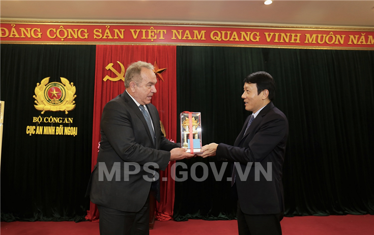 Deputy Minister Luong Tam Quang presents a souvenir to Mr. Kurt Campbell.