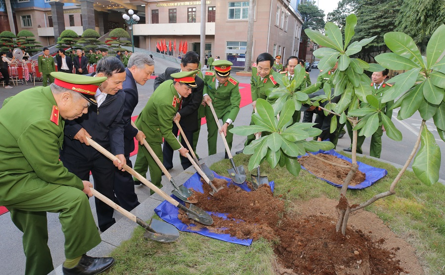 Delegates plant a tree as a souvenir in the headquarter of the Mobile Police High Command.