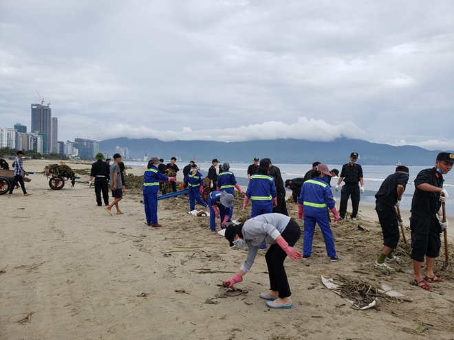 Da Nang city police join mass organizations and local authorities in collecting rubbish on beaches.