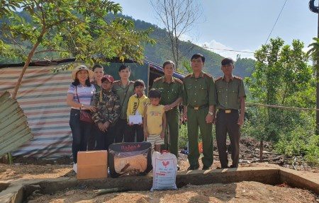 Police officers offer gifts to orphan Ho Dinh Dam in Tra Lanh commune.